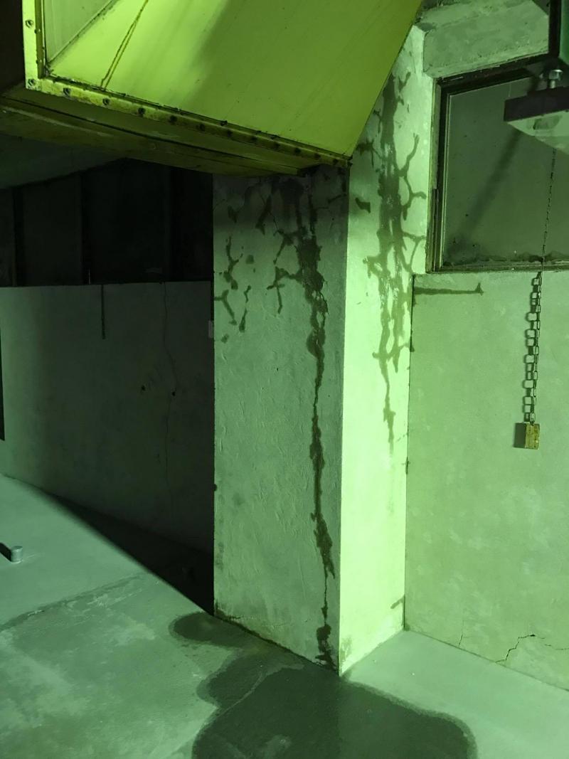 工事中の厨房内の雨漏り