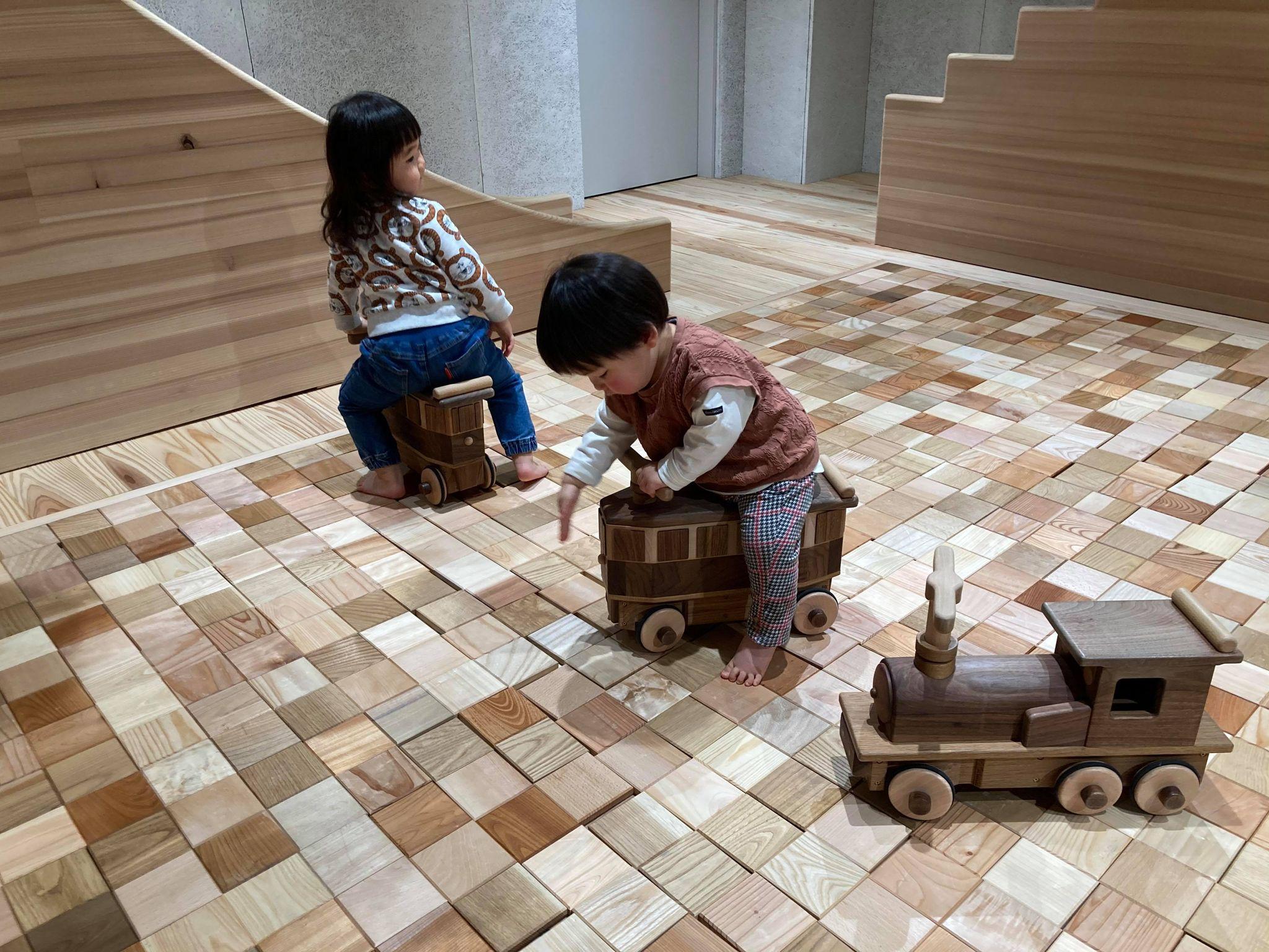 花巻おもちゃ美術館の馬面電車で遊ぶ子供